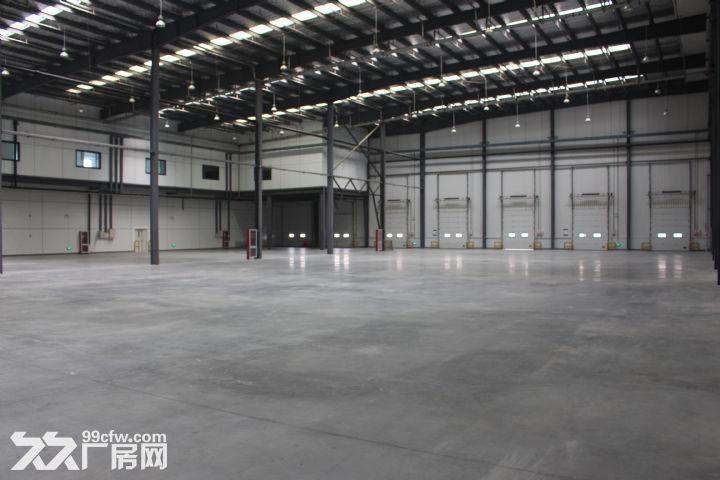 1、一期仓库建筑面积12159.3,二期仓库建筑面积11842.42。每个仓库各有两个防火分区,防火分区建筑面积约为5500,檐口高度为11.4m。仓库可设置高位货架,室内净空最低点在檐口处为10.5m,最高点在中脊处为12.9m。仓库地坪承载力为5T/,下有混凝土搅拌桩基础支撑,地坪混凝土标号为C30,厚度为20cm,配有10@200双层双向钢筋网,地坪表面为锡钛合金耐磨骨料处理。 2、厂区用电负荷为三级,10KV入户,自设变电系统,电力容量500KVA,配有双电源可供应急供电。 3、本仓库火灾
