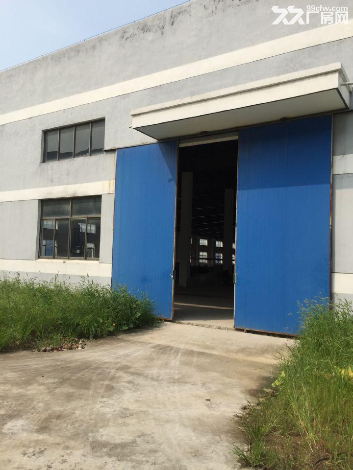 现有75亩土地,其中40亩土地上建有三幢大开间工业厂房,每幢6000平方米,均为钢混排架结构,层高6.9米。外墙以涂料粉刷,窗户为铝合金窗户,主出入门为高大推拉门,屋顶覆盖彩钢板并敷设保温层,厂房内墙面刷涂料,一幢地面为水泥,另二幢地面铺设复合地板。厂区地理位置优越、交通便捷、厂房建设优质、规划合理、周边产业基础雄厚。该厂房位于美丽的江苏省阜宁东益经济区中心地段的振兴北路,厂区对面即阜宁县益林镇交警大队,厂区左手步行十分钟即繁华的益林镇镇中心,右手不远处即益林镇国土所、法院等政府核心部门所在地。交通四通八